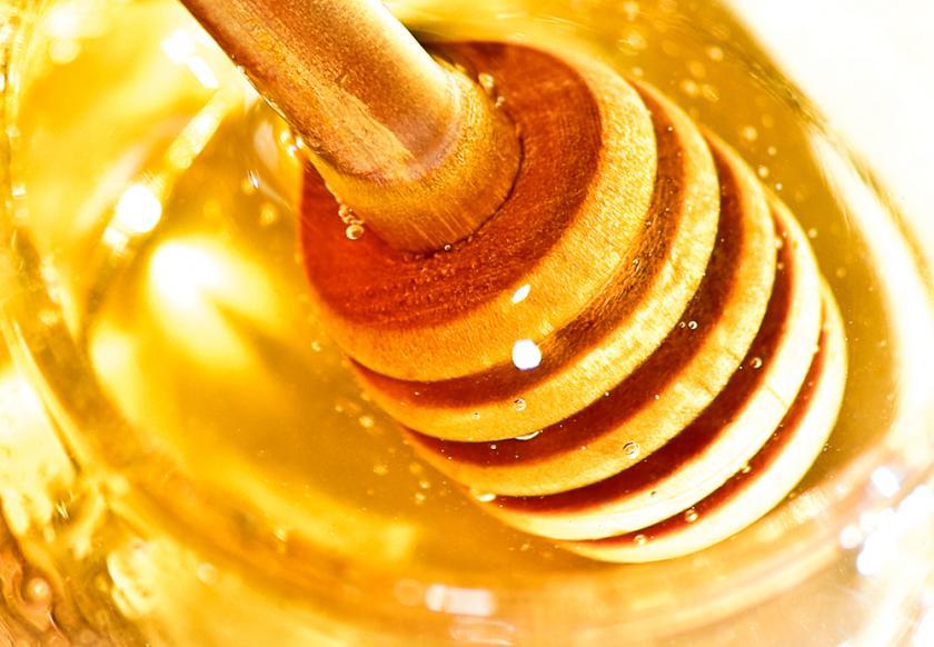 honey-background-wooden-dipper