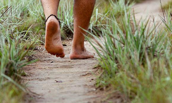 المشي حافي القدمين
