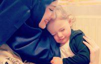صور بنت مع امها 7
