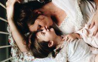 صور طفل مع امه 4