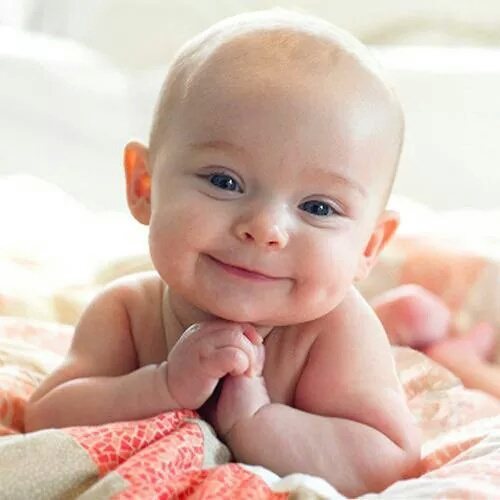 بيبي صغير يبتسم