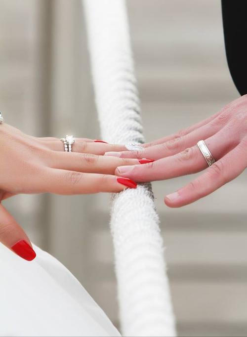 صور حب ايدي زوجين