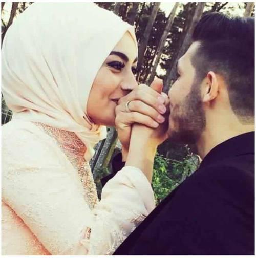 صور زوجة تقبل يد زوجها