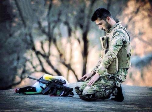 صور جندي يصلي