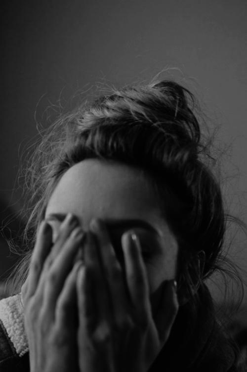 صور بنات حزينة ابيض واسود 5