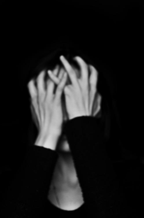 صور بنات حزينة ابيض واسود 8