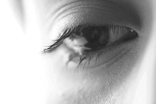 صور بنات حزينة ابيض واسود 24